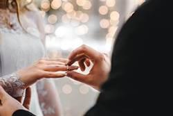 苦等2年不容易…大媽替當兵兒向準媳婦求婚
