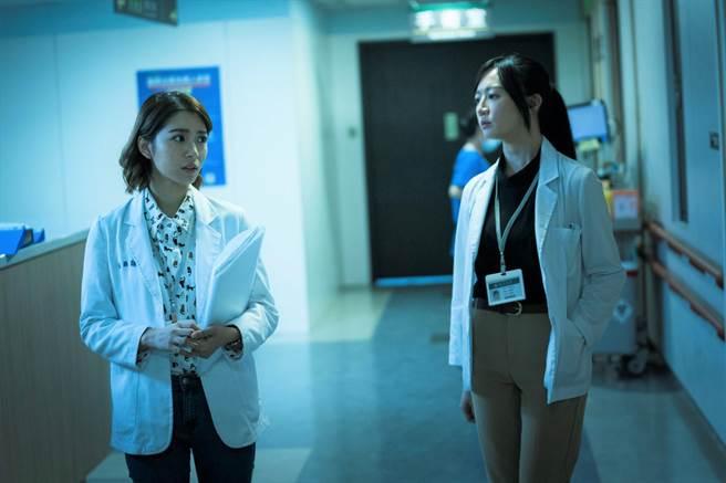 《生死接線員》中李杏、劉倩妏分飾資深與菜鳥協調師 常有意見不一致。(公視)