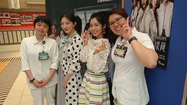 《生死接線員》舉辦台中榮總特映試片左二主角李杏、劉倩妏 與院內的協調師合影。(公視)