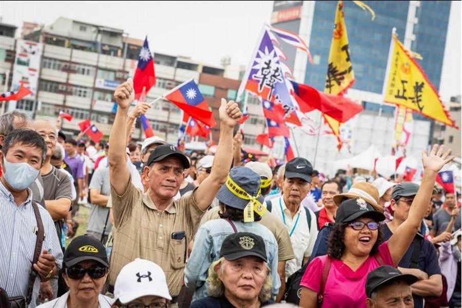 韓迷挺韓國瑜選總統,現場氣氛熱烈。(袁庭堯攝)