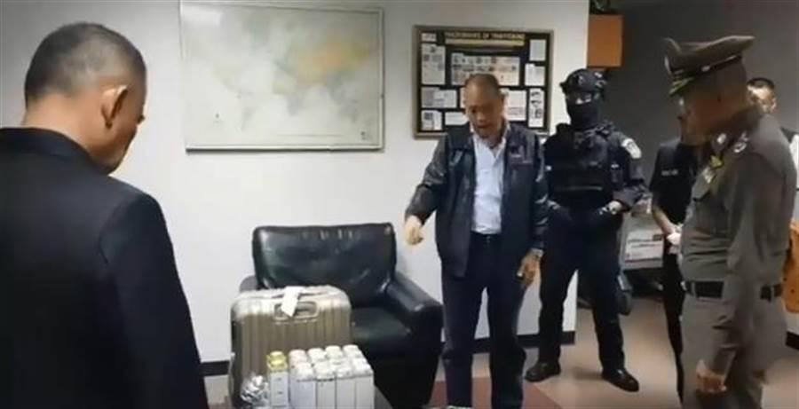 泰國曼谷警方26日晚間,逮捕2名台籍男子查獲共16公斤海洛因,都被分裝在爽身粉罐。(翻攝自《爆料公社》影片)