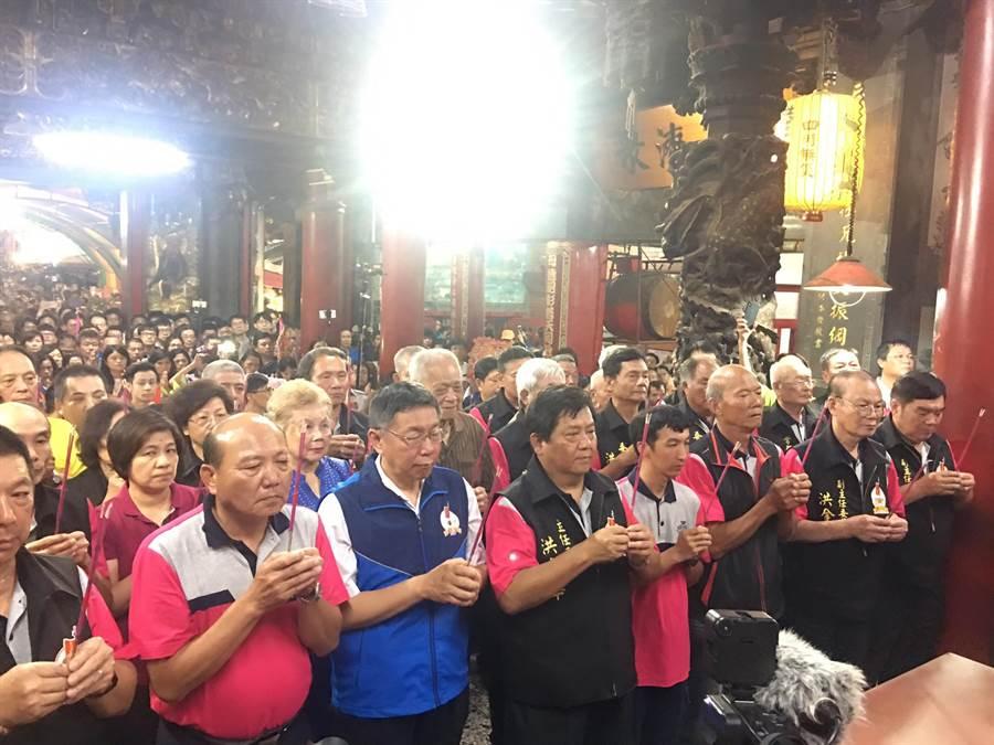 台北市長柯文哲與柯爸媽出席白沙屯拱天宮開爐儀式。(白沙屯拱天宮提供)