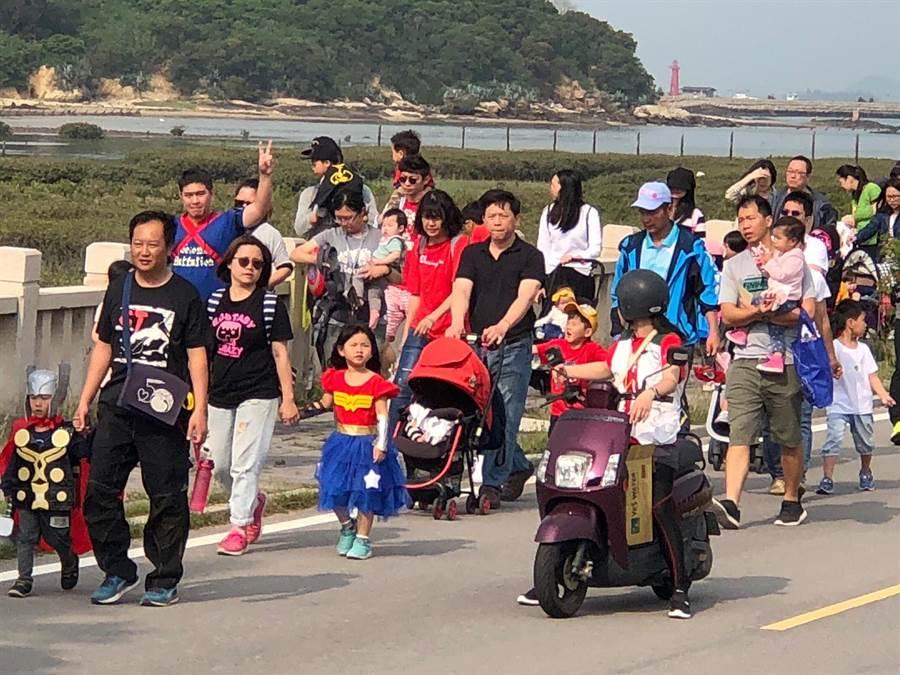 民众大手牵小手,徜徉在滨海美景中。