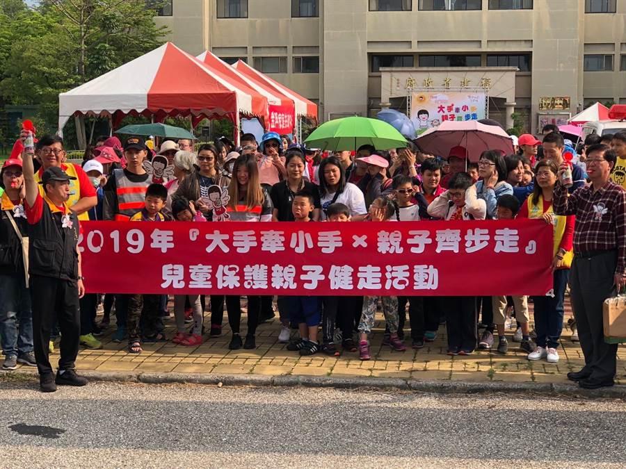 儿童保护亲子健走自福建省政府出发,近500位民众热情参加。