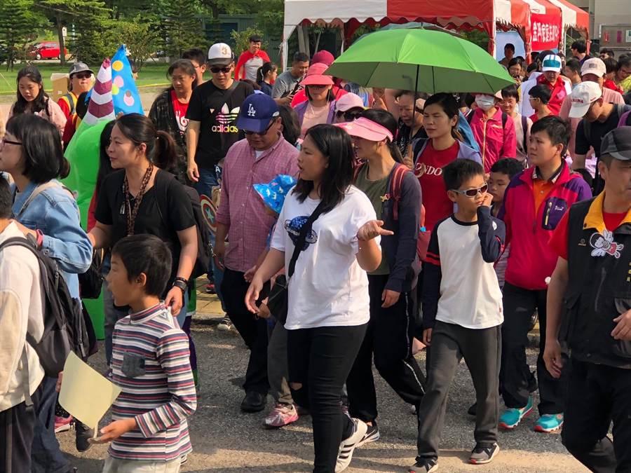 红男绿女迈开步伐,一起走向健康和和谐。