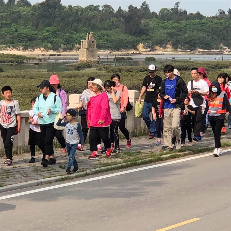 健走队伍一路迤逦前进,远方即是浯江溪口的海上堡。