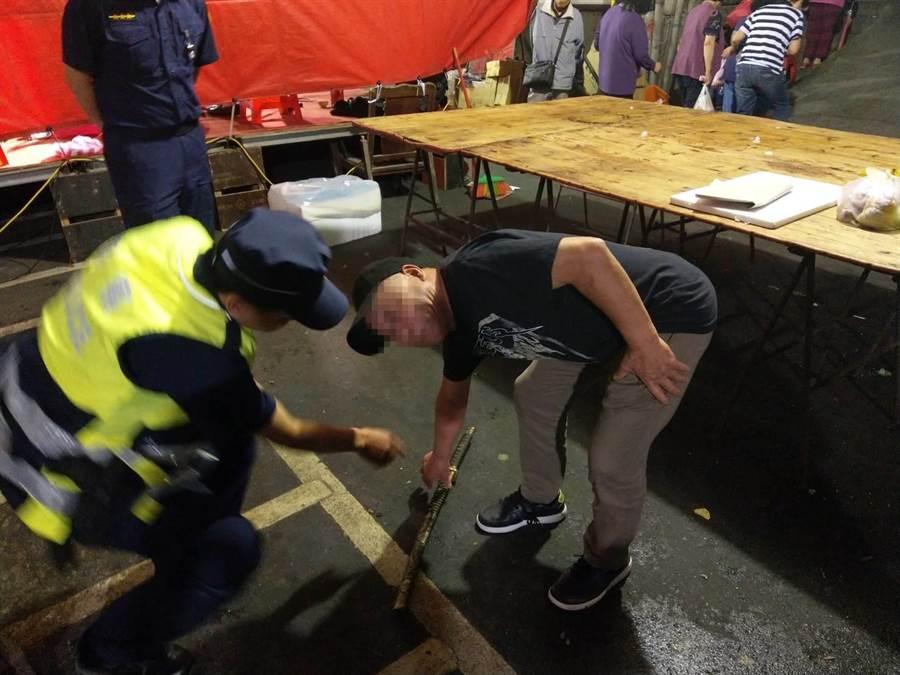 林姓老翁持武士刀在宮廟平安餐會尋事,被警方逮捕。〔謝明俊翻攝〕