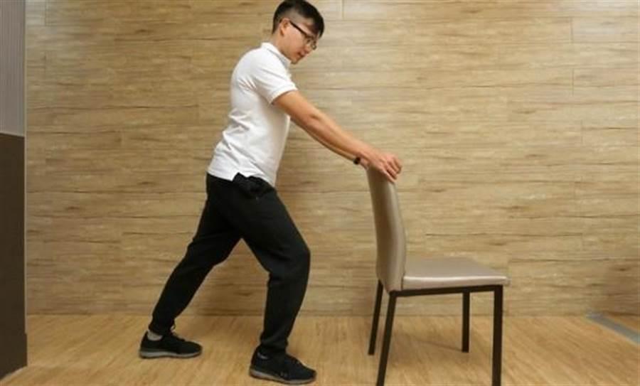 暖身運動一:活動踝關節,後腳伸展小腿肌群。圖片來源:謝佳君
