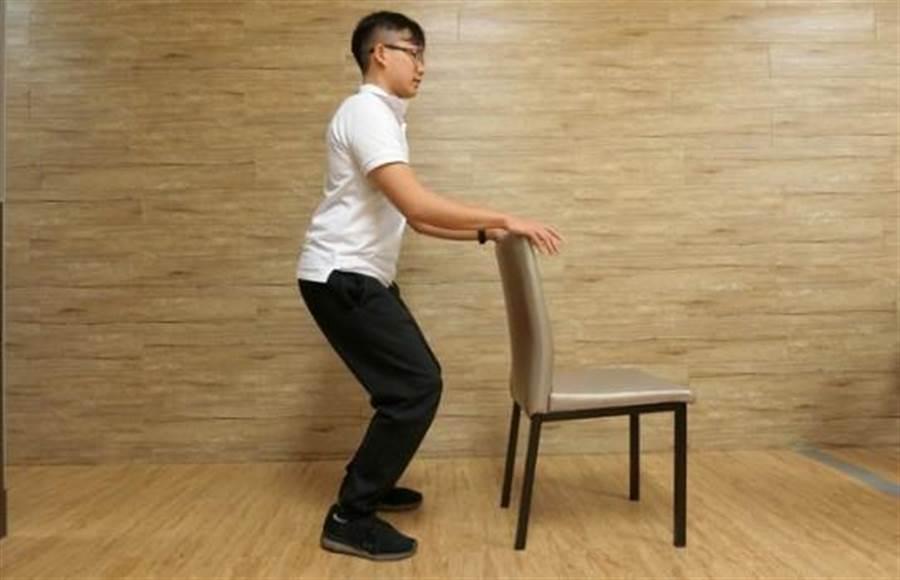 暖身運動二:雙腳與肩同寬,微微下蹲。圖片來源:謝佳君