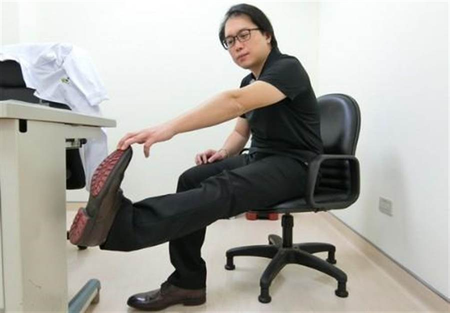 收工拉筋一:坐著伸直膝蓋,將腳底板向上彎。圖片來源:謝佳君