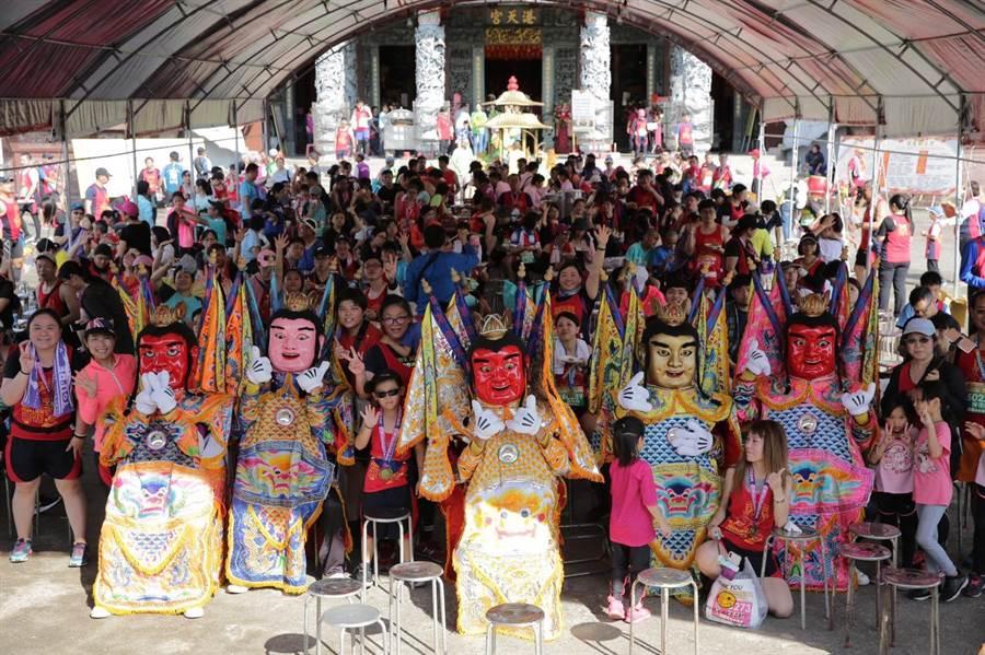花蓮最大媽祖廟港天宮首度舉辦媽祖馬拉松,媽祖、三太子神像一同繞境陪跑。(許家寧翻攝)
