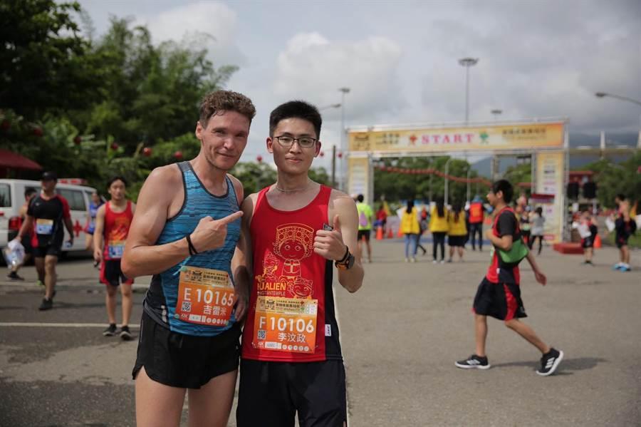 李汶政(右)以1秒之差,領先法籍長跑好手籍雷米(左)拿下花蓮首屆媽祖馬拉松冠軍。(許家寧翻攝)