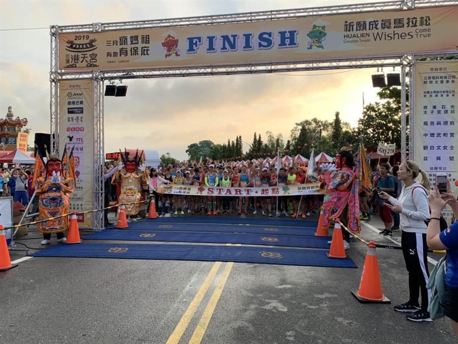 2000多名跑者天一亮從港天宮拱門一起熱血起跑。(許家寧翻攝)