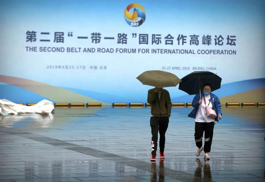 美國專家卻認為大陸推行的「一帶一路」計畫它將難以為繼,因為北京將沒有錢去繼續投資這些項目,甚至快奄奄一息。圖為北京舉行的第二屆「一帶一路」國際合作高峰論壇場外。(美聯社)
