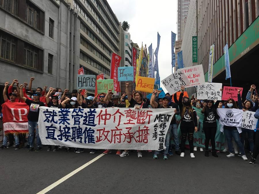 台灣移工聯盟今(28)日在勞動部前集會,要求廢除移工仲介制度。(游昇俯攝)