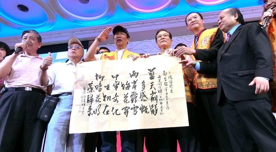 鴻海董事長郭台銘到會場,很多鄉鎮市長代表高喊「選總統!選總統!」(盧金足攝)