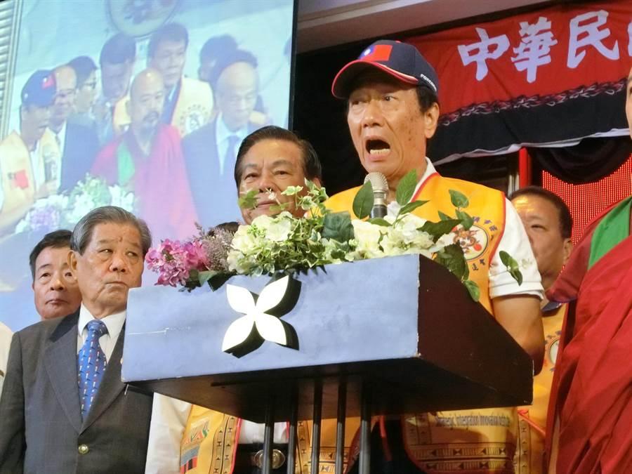 鴻海董事長郭台銘28日表示,「老婆回家的日子真好!」也預告他將出席前總統馬英九30日舉行的「經濟論壇」。(盧金足攝)