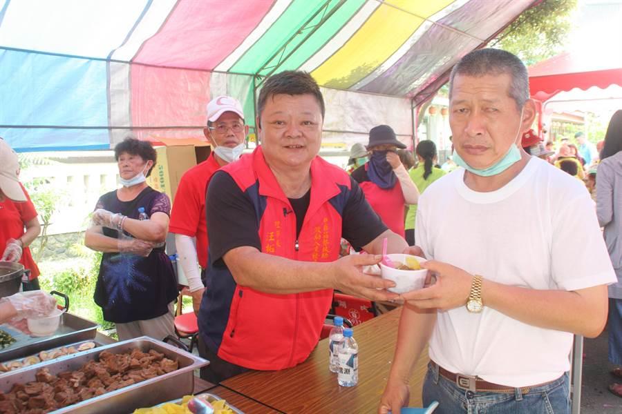 中華弱勢扶助激勵人生發展協會理事長汪拓谷發送滷肉飯,力挺韓參選2020總統。(林雅惠攝)