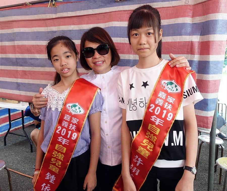 嘉義市長黃敏惠(中)鼓勵嘉義家扶中心的自強兒童,不畏逆境力求上進。(廖素慧攝)