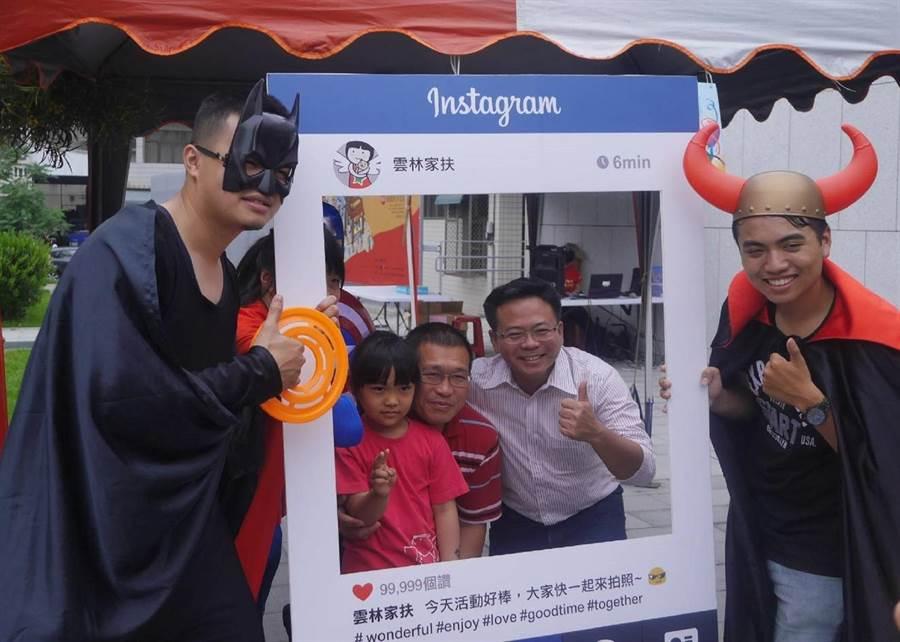 縣議員蔡岳儒(右二)邀民眾一起加入「護童者聯盟」。(張朝欣攝)