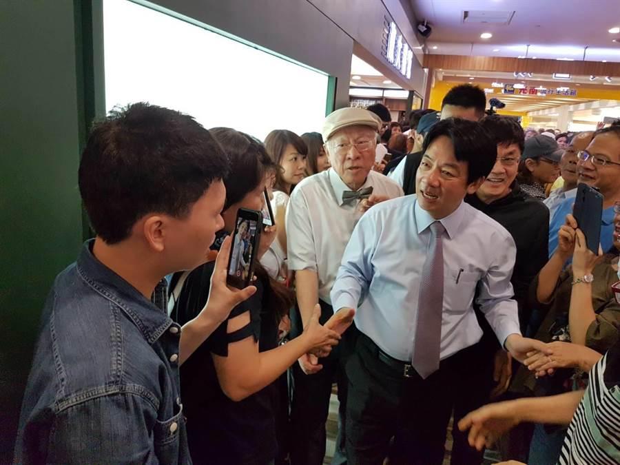 高雄市長韓國瑜稱2020是中華民國存續保衛戰,行政院前院長賴清德28日南下高雄辦簽書會時表示,希望與韓國瑜一決雌雄,看誰能贏誰代表台灣。(劉宥廷攝)