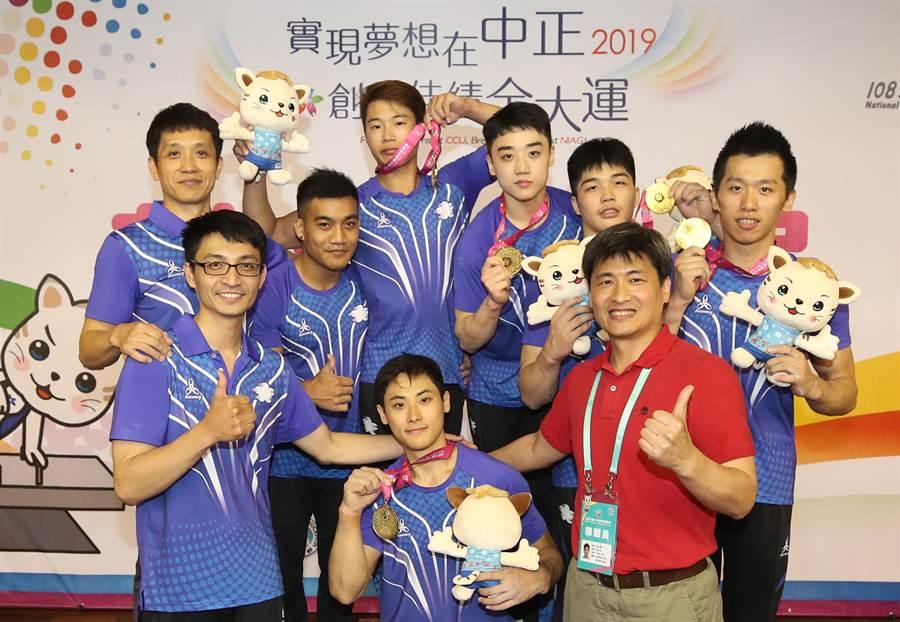 國立體大男子體操隊完成全大運公開男子組成隊競賽8連霸。(中央社)