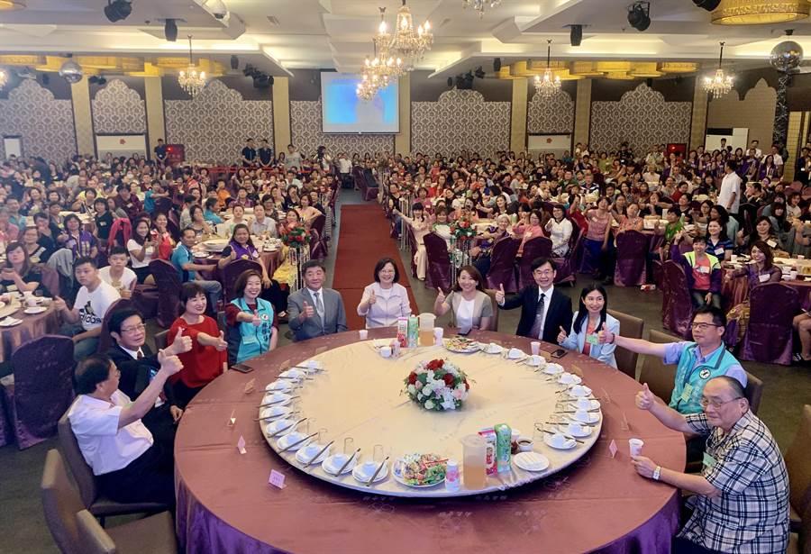 蔡英文總統(中)28日到南投,參加新媳婦關懷協會的長照說明會。(廖志晃攝)