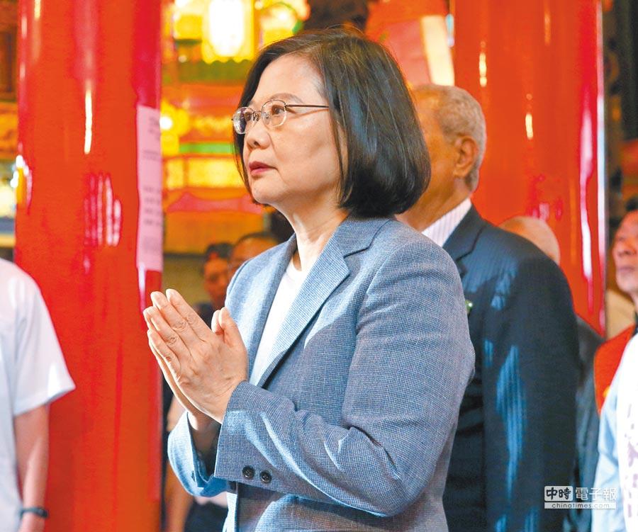 蔡英文總統27日前往台北松山慈祐宮參拜替媽祖祝壽,並祈求國泰民安。(趙雙傑攝)