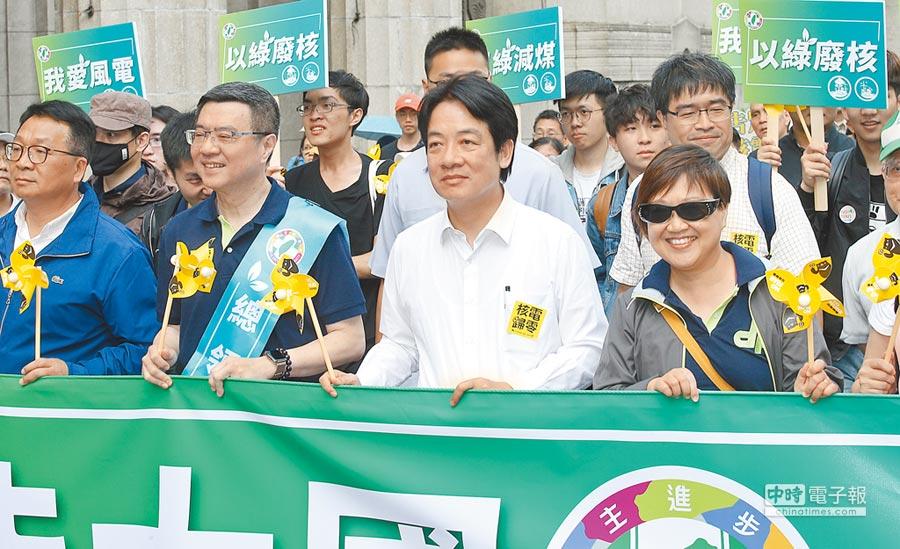 前行政院長賴清德(中右)27日參與「2019廢核大遊行」,並與民進黨主席卓榮泰(中左)走在一起。(姚志平攝)