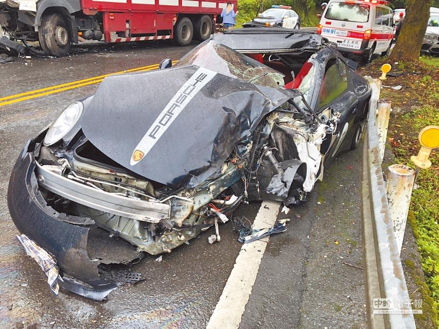價值約700萬元的保時捷911型超跑撞上大貨車,車體幾乎全毀。(胡健森翻攝)