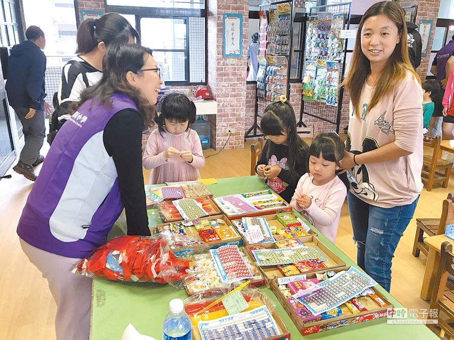 宜蘭壯圍古亭國小利用餘裕空間規畫「古亭柑仔店」,讓孩子們體驗早期的「柑仔店文化」。(胡健森攝)