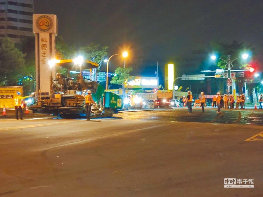 公路總局中壢工務段26日晚間在桃園巨蛋前施做道路重鋪工程,因在周五下班尖峰車潮,馬路被塞爆,引起民眾不滿。(賴佑維攝)