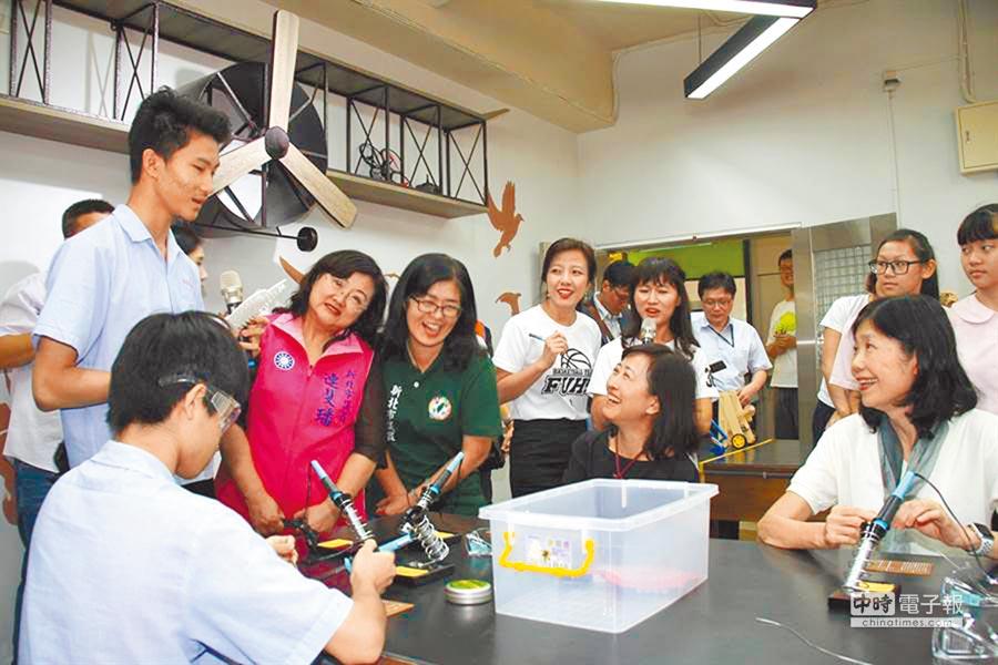 學習歷程的實施,將引導教學走向多元、跨域、創新。圖為福和國中Fuhe D.School上課情況。(本報資料照片)