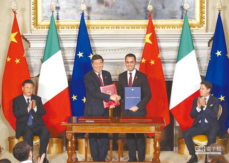3月23日,大陸國家主席習近平(左)在羅馬與義大利總理孔蒂舉行會談,並見證簽署和交換中義共同推進「一帶一路」建設的諒解備忘錄、關於中國流失文物返還等雙邊合作文件。(中新社)