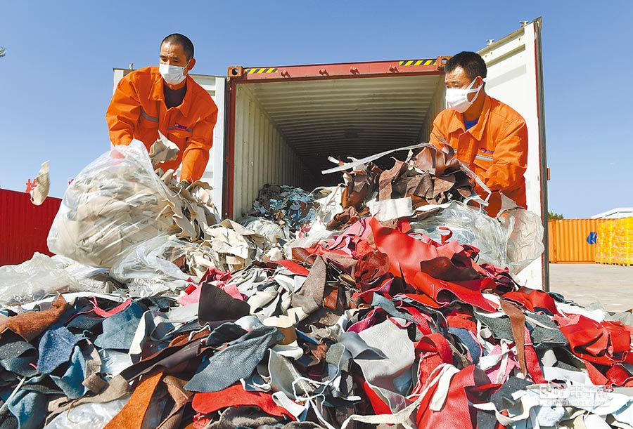 2017年12月21日,工人在廈門海關的海滄查驗場清理查獲的進口牛皮革洋垃圾。(新華社)