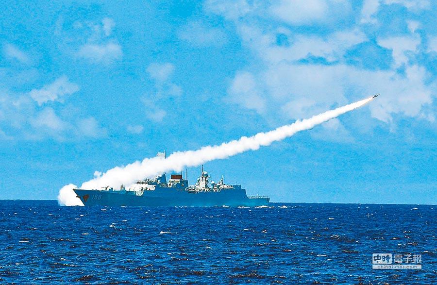 大陸海軍在南海舉行實兵對抗演習,飛彈驅逐艦發射防空飛彈。(新華社資料照片)