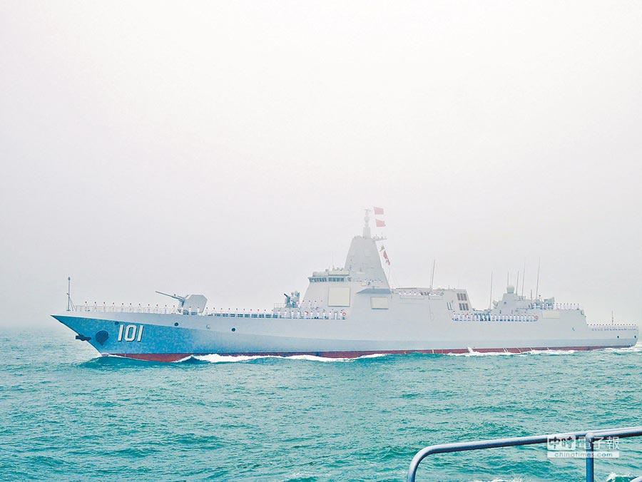 中共解放軍海軍23日舉行海上閱兵,055型驅逐艦「南昌艦」亮相,格外受矚目。(本報資料照片)