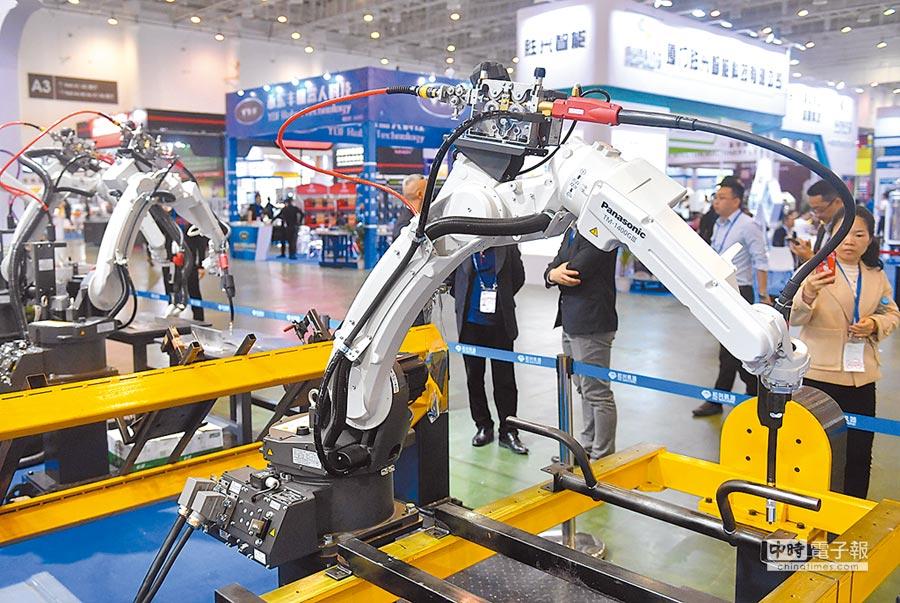 大陸3月工業利潤增速大幅回升,圖為4月12日,廈門工業博覽會上展示的工業自動化設備。(中新社)