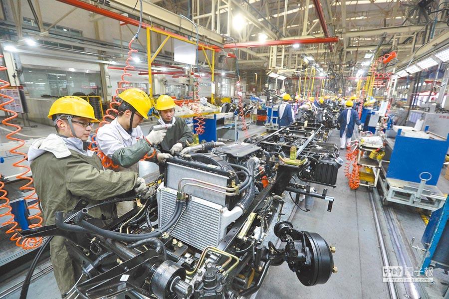 湖北襄陽一家車廠的生產線上,工人們加緊趕工。(新華社)