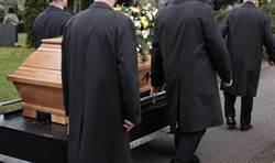 抬棺人失足跌落棺木上 老婦屍掉出家屬痛哭