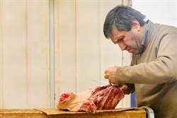 他賣便宜醃肉受人愛戴 夜晚呼救聲揭驚人真相