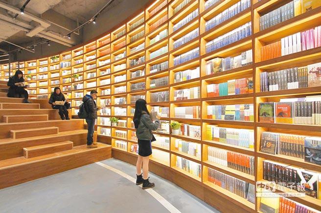 民眾在天津市南開區大悅城五號車庫內的書店閱讀書籍。(新華社資料照片)