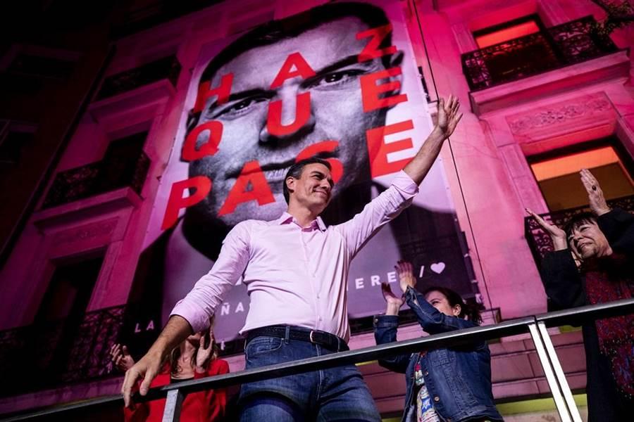 西班牙大選及果將出爐,執政的社會黨(PSOE)確定勝出,仍是國會第一大黨,不過極右派聲音黨拿下10%左右票數,是西國近50年來首度有極右派闖進國會。圖為現任總理桑切斯(Pedro Sanchez)在競選總部外對支持者揮手致意。(圖/美聯社)