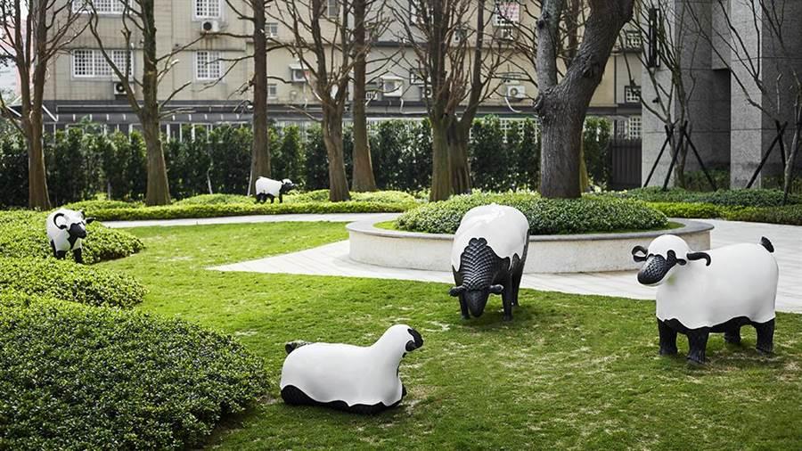 公共空間特聘台灣雕塑大師梁平正創作專屬羊群雕塑,被命名為「睦」more young,寓意一家人的親密關係。圖/業者提供