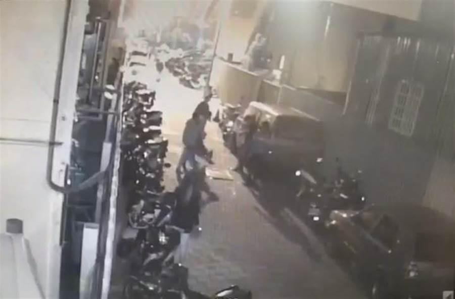 台中市一家知名夜店复业没多久,29日凌晨酒客看到警察在附近临检,跑去旁边暗巷内斗殴,造成2名男子挂彩。