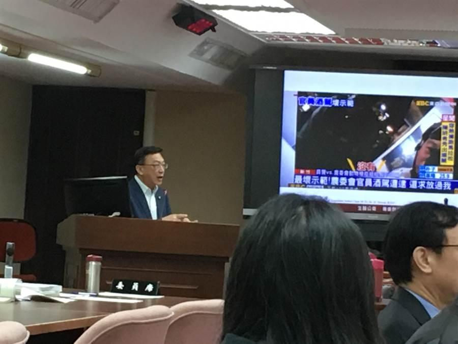 立委陳宜民今(20)日表示,針對農委會官員酒駕考績仍甲等,外界有疑慮,農委會應向人事總處申覆。(游昇俯攝)