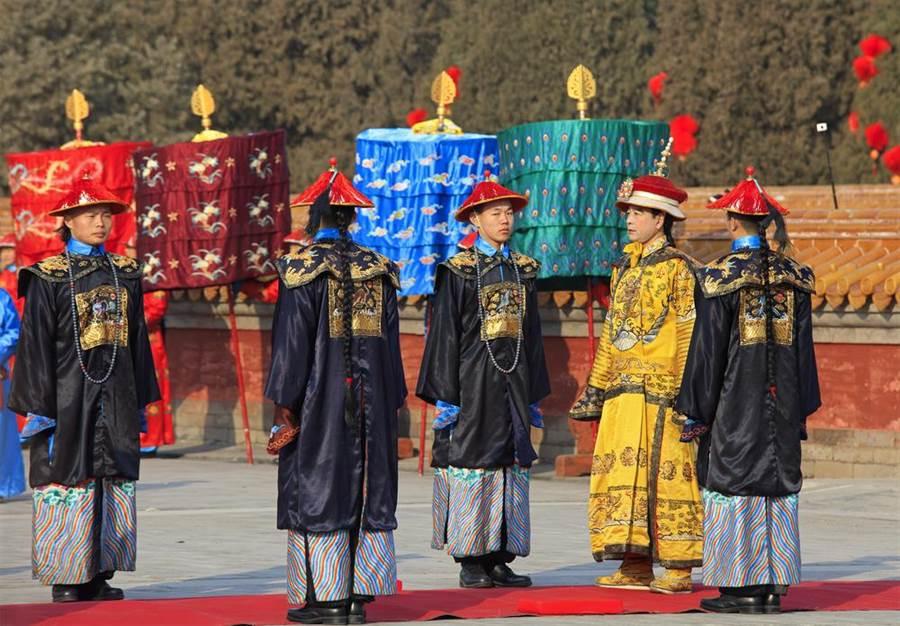 為何清官叩拜皇上要拍兩下衣袖?(示意圖/達志影像)
