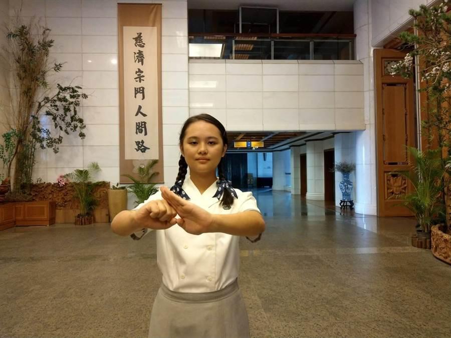 慈濟大學學生黃韻宇文武雙全,專精長拳。(范振和攝)