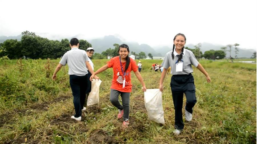 慈濟大學優秀學生黃韻宇(右)在花蓮縣富源社區公益服務,滿心歡喜。(慈濟大學提供)