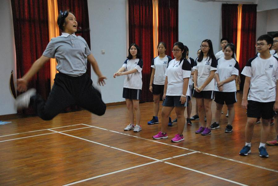 慈濟大學生黃韻宇印尼海外見習時,指導學員國術,手腳俐落。(慈濟大學提供)